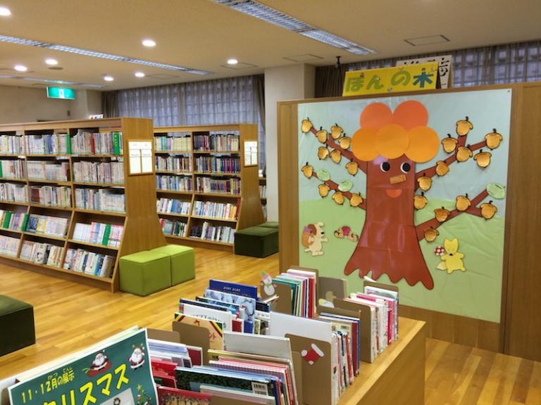 摂津市立図書センター 1階