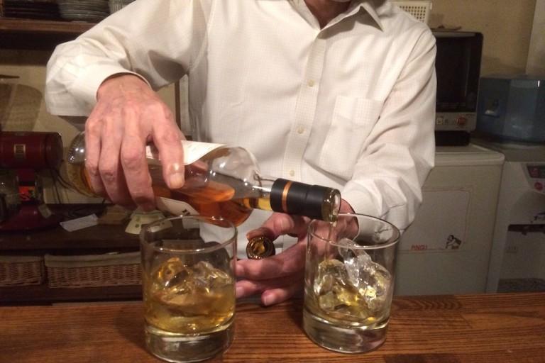 ウイスキーを注ぐマスター