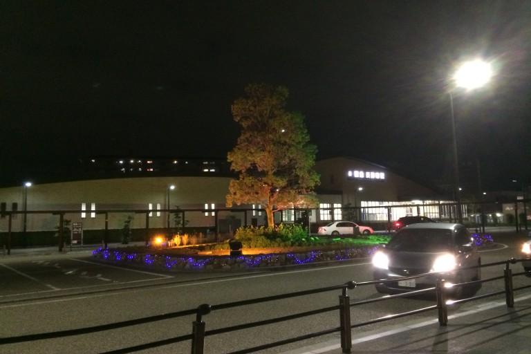 夜の摂津市駅 ライトアップ