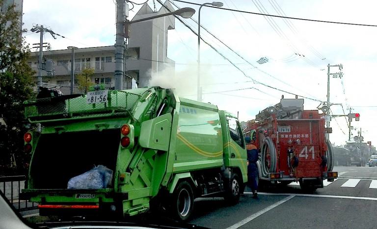 ごみ収集車と消防車