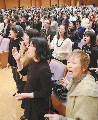 「未来へ」を合唱する参加者たち 神戸市