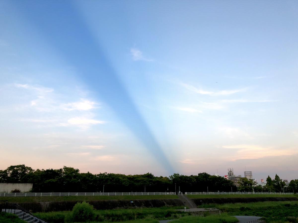 青いラインの空